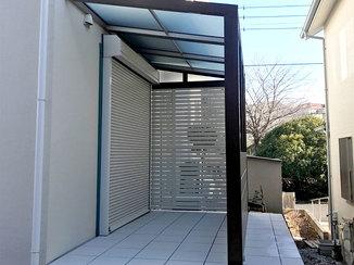 エクステリアリフォーム 雨でも出入りしやすい屋根付きのアプローチ