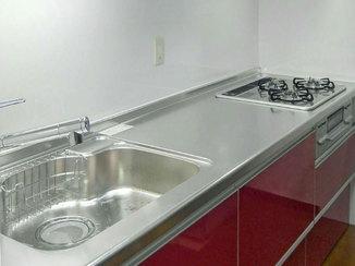 キッチンリフォーム カッコイイ赤色の扉がお気に入りの、快適に料理できるキッチン