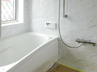 バスルームリフォーム 窓にもしっかり手が届き、お手入れが楽なレイアウトの浴室