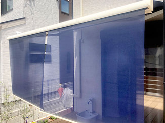 エクステリアリフォーム 白い外壁に合うネイビーの電動オーニング