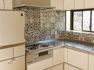 キッチンリフォーム タイルで可愛らしく仕上げたキッチンが彩る、明るいLDK