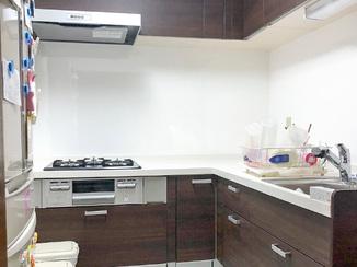 キッチンリフォーム ホワイトを中心に仕上げて、空間ごと明るくなったキッチン