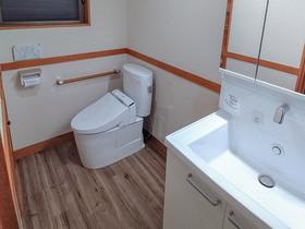 トイレリフォームお湯が使える洗面台が嬉しい、明るく広々したトイレ