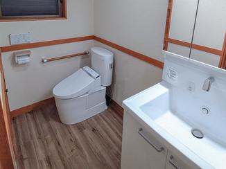 トイレリフォーム お湯が使える洗面台が嬉しい、明るく広々したトイレ