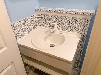 洗面リフォーム 見た目と清掃性を両立させたタイル調の洗面台